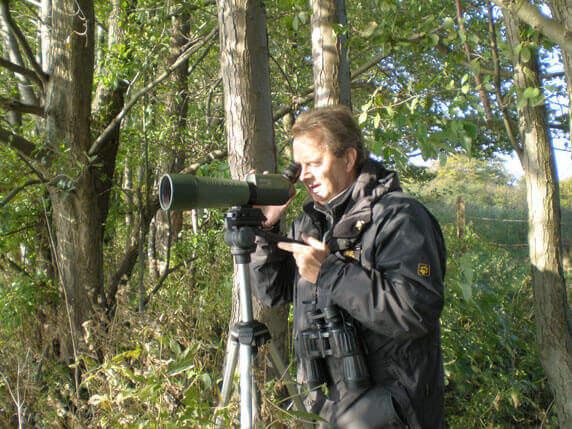 Der Ornithologe Reiner Schmahl bei der Beobachtung der Kraniche. Foto: Biosphärenreservatsamt Schaalsee-Elbe