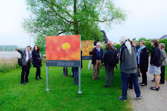 Prof. Dr. Succow (Bildmitte), Biologe, Ökologe und Träger des Alternativen Nobelpreises bei der Eröffnung der Outdoorausstellung. Foto: Sandra Bartocha