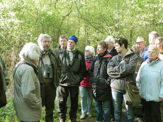 Rolf Ziebarth (2. v. l.) auf seiner Führung durch den Schalißer Wald. Foto: Frank Hermann