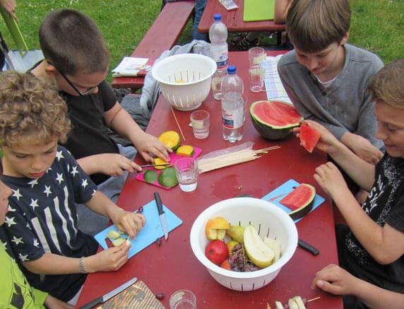 Jugendliche fertigen gesunde Snacks aus Obst im GUT DRAUF-Wochenende. Foto: Frank Hermann