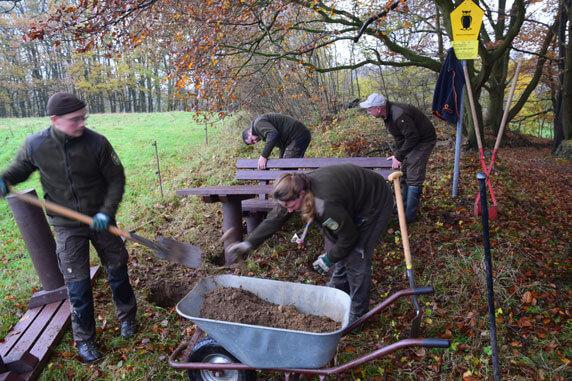 Ranger des Biosphärenreservatsamtes Schaalsee-Elbe installieren die Sitzgruppe. Foto: Gerd Schriefer