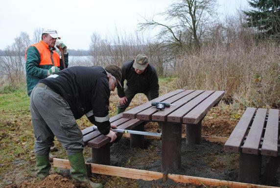 Ranger des Biosphärenreservatsamts Schaalsee-Elbe installieren bei Röggelin am Röggeliner See eine neue Sitzgruppe. Foto: Meike Borchert