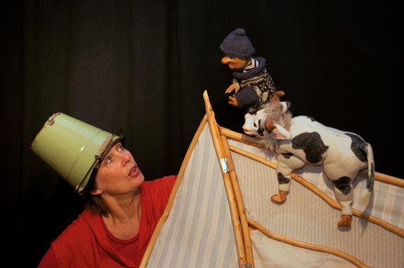 """Puppenspiel """"Bauer Enno und seine Kuh Afrika"""". Foto: Tandera Theater, Testorf"""