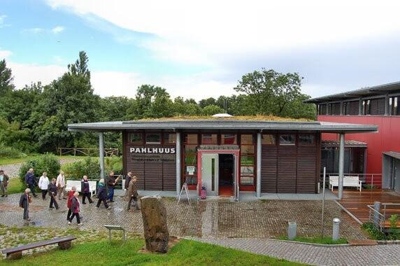 Foto: Das Informationszentrum für das Biosphärenreservat Schaalsee, das PAHLHUUS in Zarrentin am Schaalsee. Fotoautorin: Susanne Hoffmeister